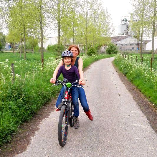 Renate en Jonah fietsen