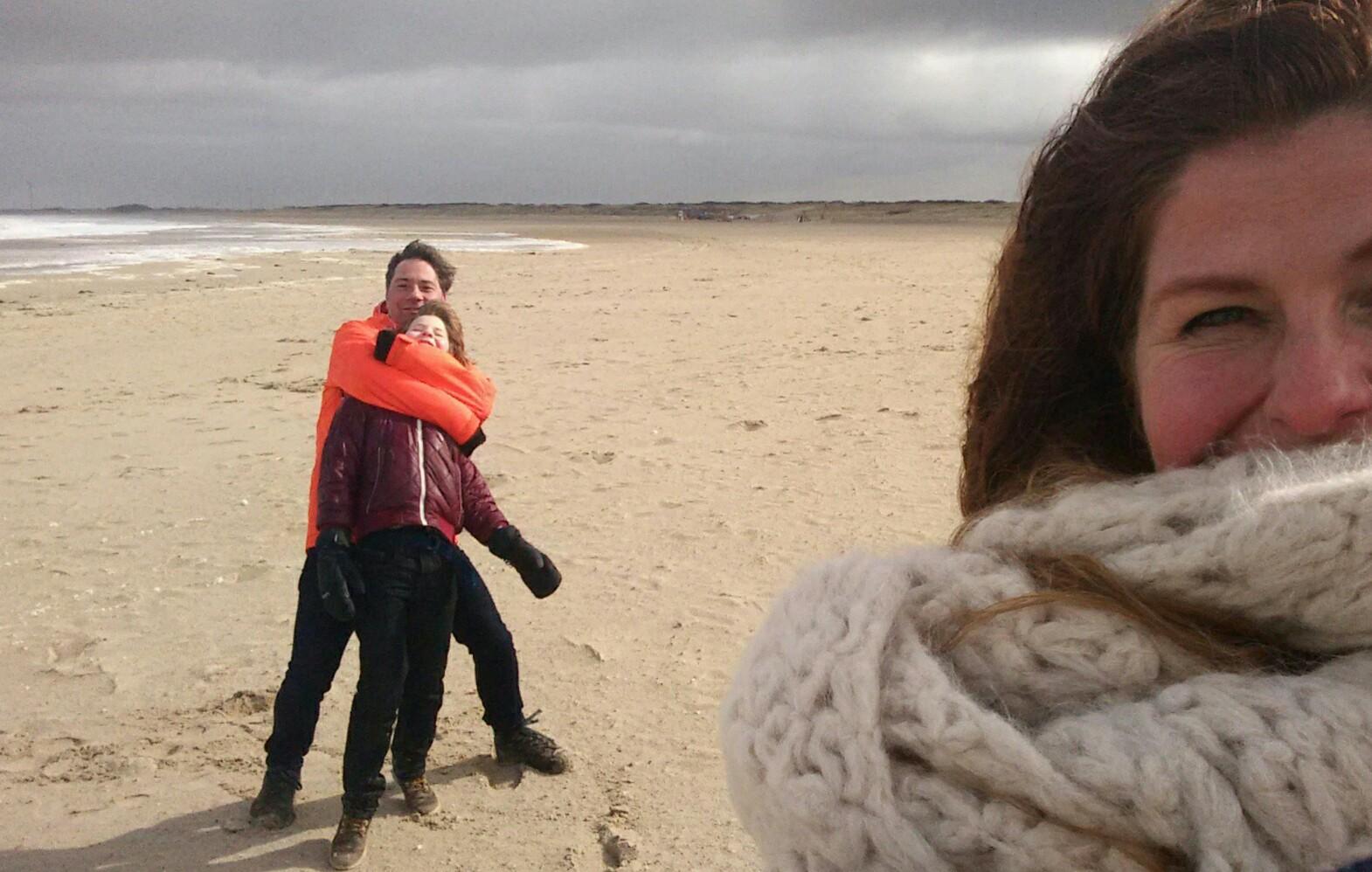Foto Renate op strand met gezin