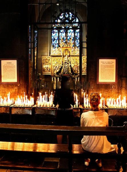 Kaarsje branden in een kapel in maastricht